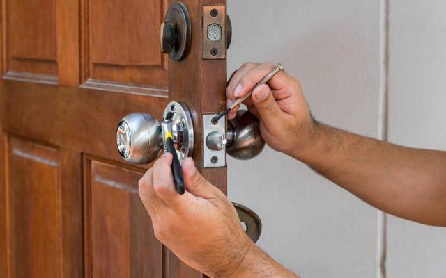 Abrir una puerta sacando la bisagra gremi de serrallers - Como arreglar puertas de madera rayadas ...